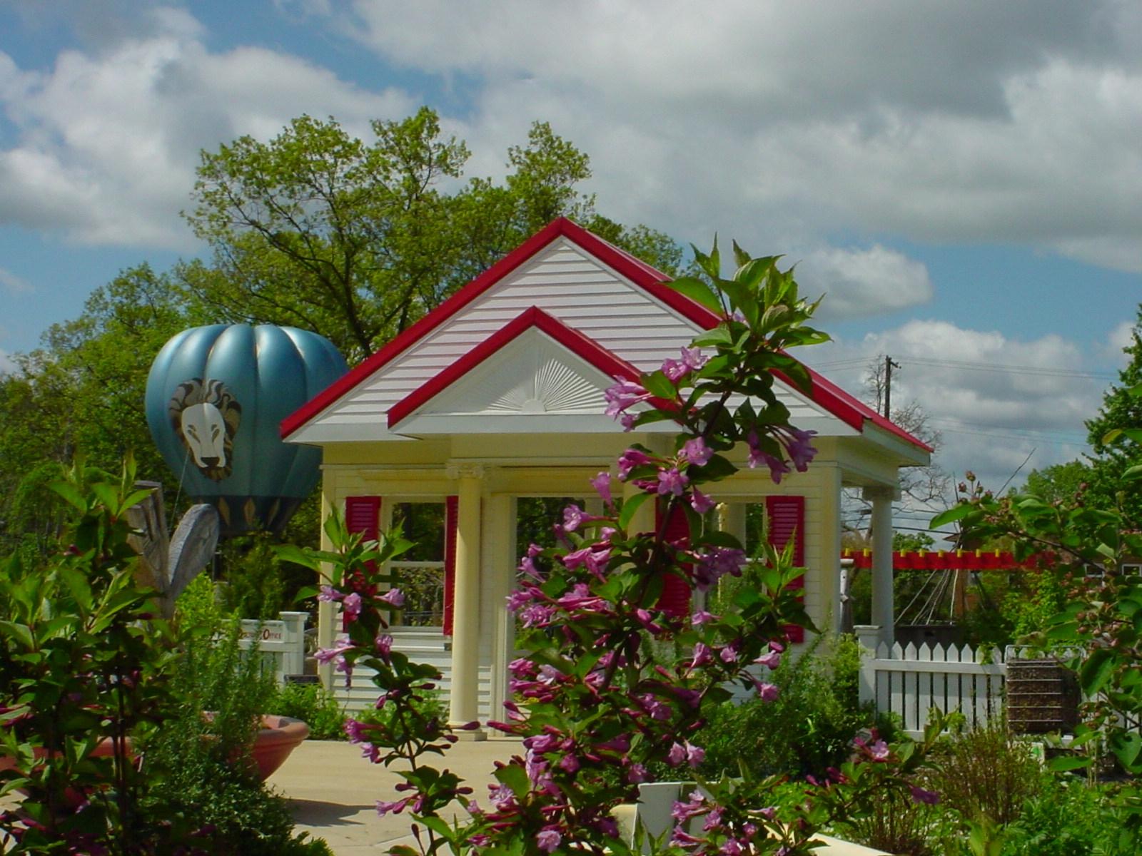 domek bialy lteniskowy